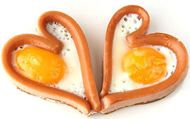 яичница в сосиске сердцем