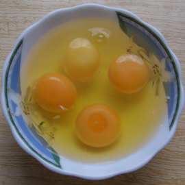 4 куриных яйца разбиты в миску