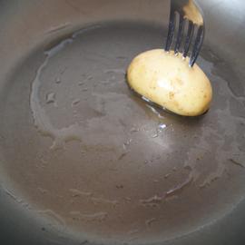 смазать сковородку маслом с помощью картошки